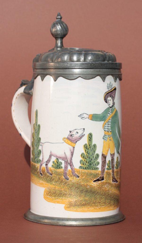 """Crailsheimer Jagdkrug der """"Gelben Familie"""" in Scharffeuermalerei um 1780, H. 24 cm"""