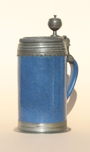 Süddeutscher Hafnerkrug mit blauer Glasur, Zinnmontierung 1723