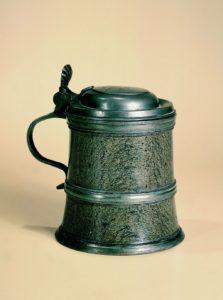 zoeblitzer-walzenkrug-granatserpentin-1692-datiert