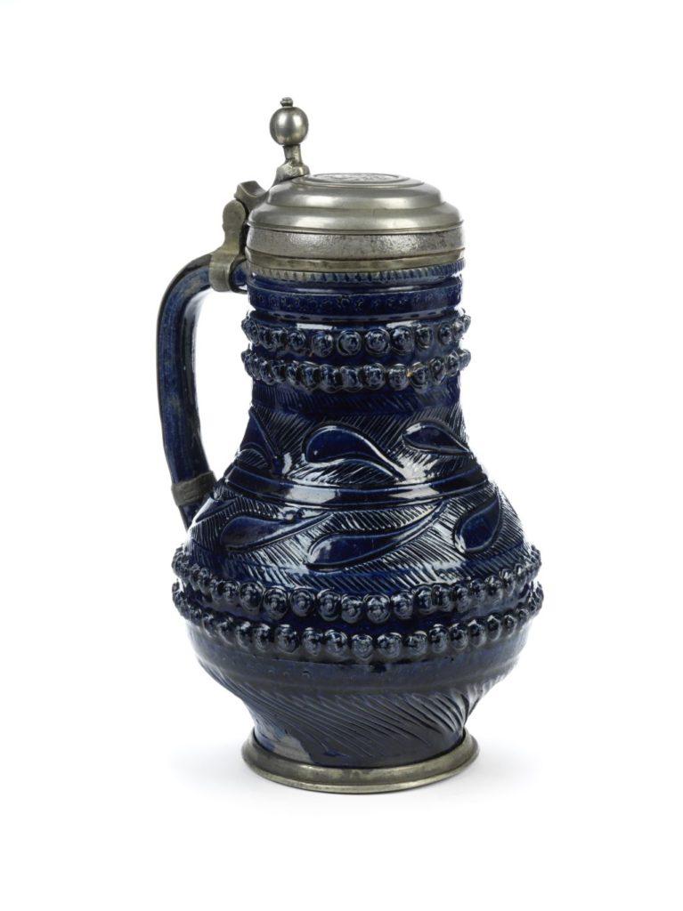 17th century saltglazed stoneware Muskau Birnkrug um 1700, Steinzeug blau glasiert mit Reliefauflagen