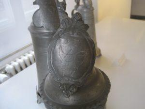 Bally Schuhmuseum Detail Zunftzeichen Zinnkanne der Schuster 1777 dat