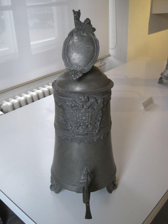 Bally Schuhmuseum Zinnkanne der Schusterzunft 1777 dat
