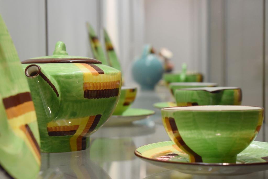 Blick-in-die-Ausstellung_-Impressionen-mit-Objekten-von-Eva-stricker-Zeisel-2_Wechselwirkungen.-Meister-und-Gesellen-des-Bauhauses-zwischen-Werkstatt-und-Industrie