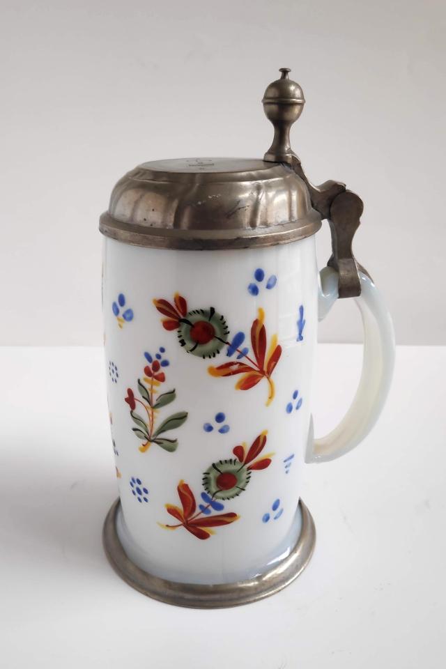 Barocker Böhmischer Milchglaskrug mit Blumen um 1780