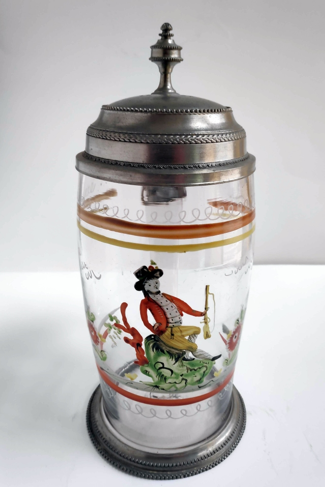 Böhmischer Glaskrug mit Jäger um 1800